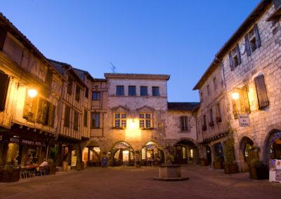 Castelnau_de_MontmiralCastelnau_de_Montmiral-CDT81-FREZOULS_Laurent-4-Bastide-Place-Arcades-fontaine_Castelnau-de-Montmiral---L.-Frezouls-20070712.21034-1200px