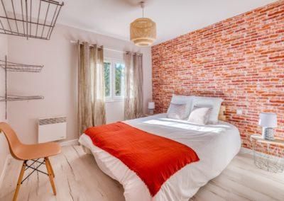 grand-cottage-chambre-deco-brique